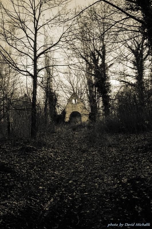 Pohled z dálky na bývalí kostel, kde se jistě sloužili mše za zemřelé duše v léčebně