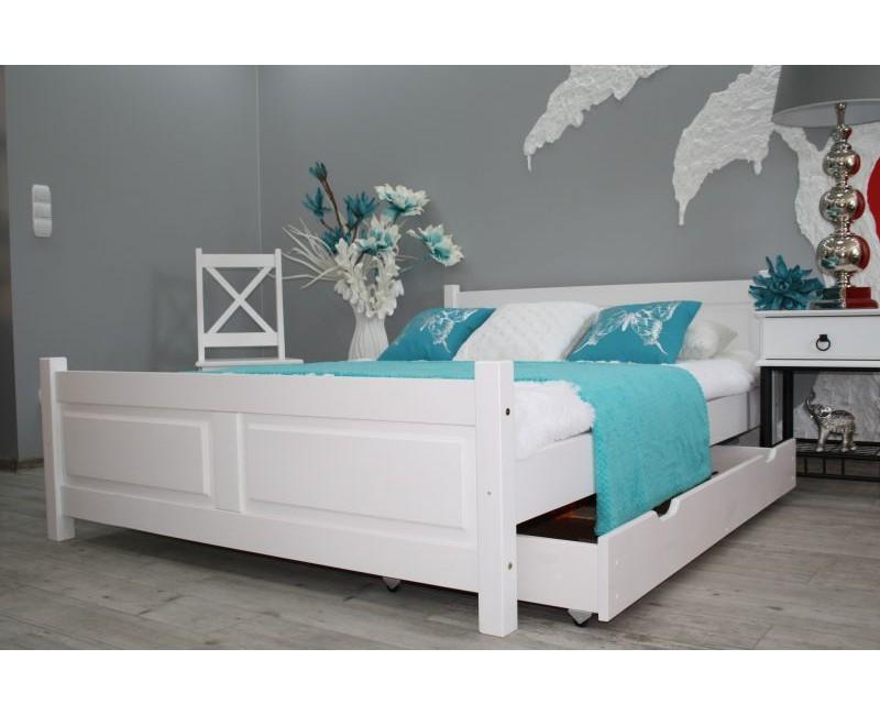 Dřevěná postel z masivu: Klasika s puncem originality